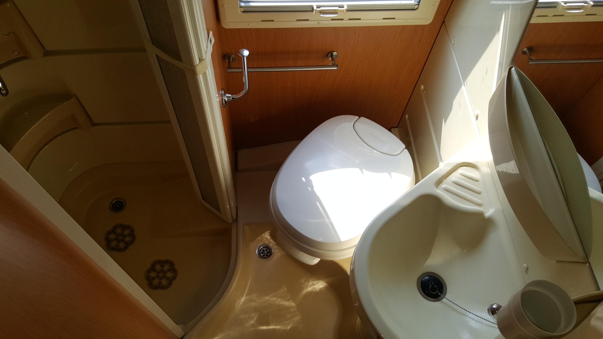 Cabina Bagno Per Camper : Camper usato laika ecovip h670 piacenza essegi camper